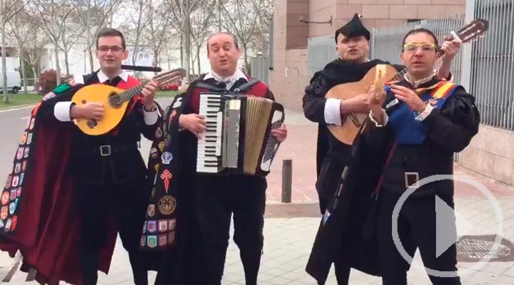 La tuna canta a Cifuentes a las puertas de la Asamblea