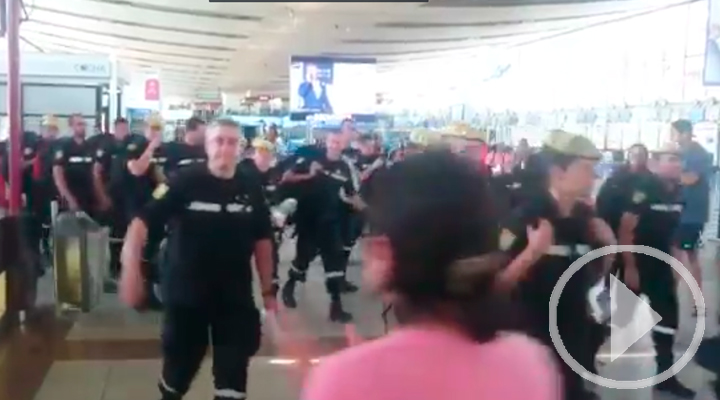 Los bomberos del UME despedidos entre aplausos y vítores en el aeropuerto de Chile