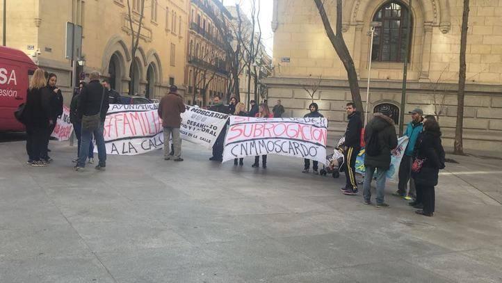 Protesta de los trabajadores del Club Natación Moscardó en la puerta del Ayuntamiento de Madrid