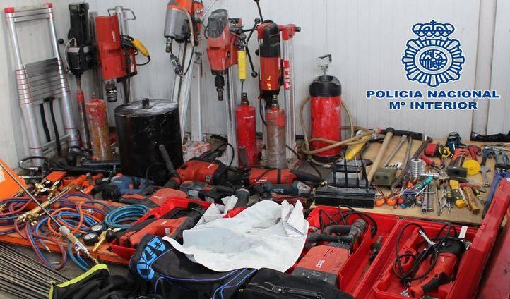 Algunos de las herramientas manejadas por la banda en los atracos