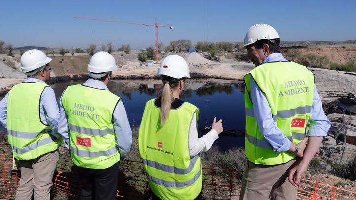 La Comunidad ya ha extraído 24.800 toneladas de  aceite industrial de la laguna de Arganda