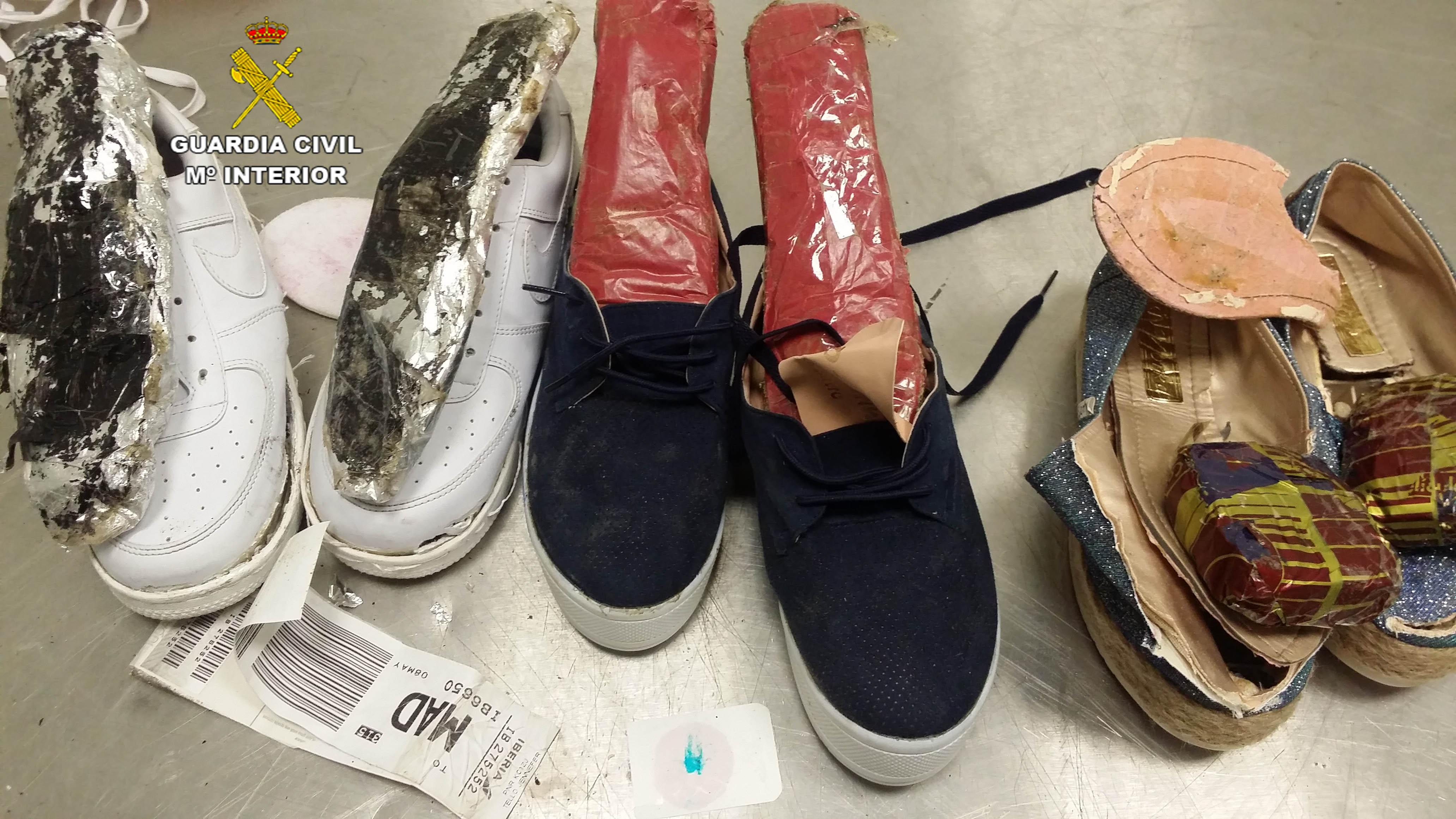 Dos peruanas, detenidas en Barajas intentando pasar cocaína en los zapatos