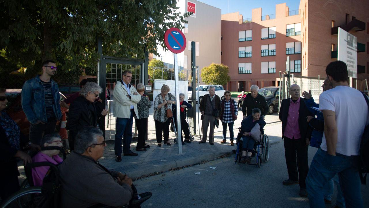 Familiares y usuarios, en una reunión mantenida con Madridiario. (Fuente: Kike Rincón)