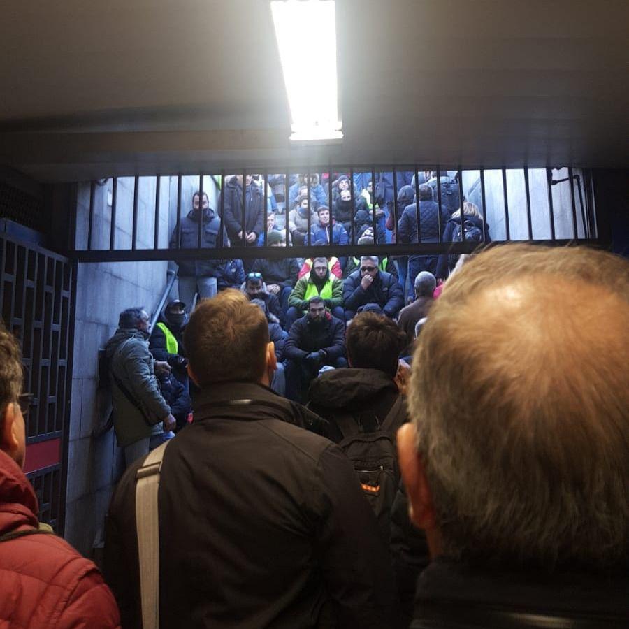 Taxistas bloquean la salida del metro de Feria de Madrid (Foto: MDO)