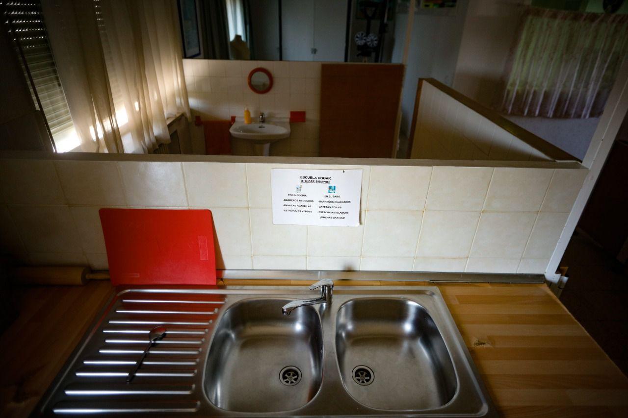 Una de las aulas del María Corredentora es una casa en miniatura donde los estudiantes aprenden a cocinar, poner la mesa o hacer la cama. Kike Rincón