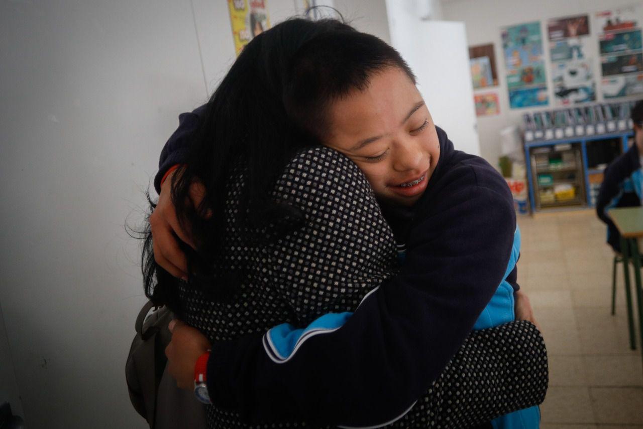 Álvaro, de 15 años, lleva desde los 5 en el María Corredentora. En la imagen, abraza a su madre, Alicia. Kike Rincón