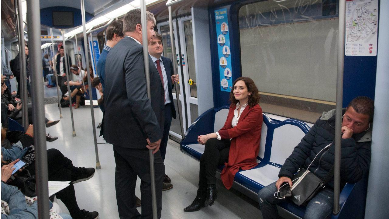 Díaz Ayuso en el Metro de Madrid. (Foto: Chema Barroso)