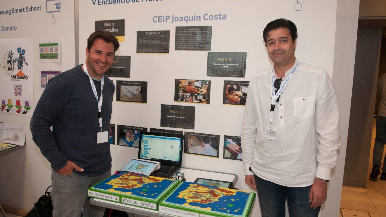 Los dos tutores de 5º de Primaria del CEIP Joaquín Costa de Alcorcón presentan su proyecto 'Aprender el relieve español en Scratch' (Foto: Chema Barroso)