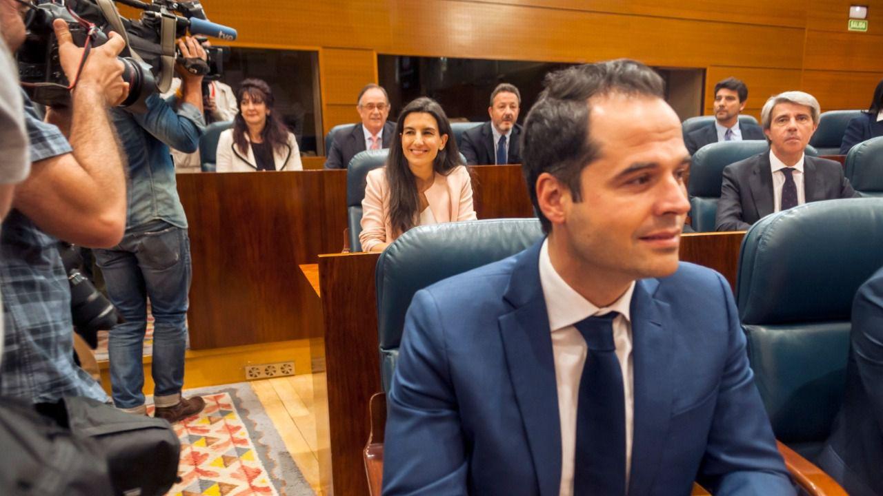 Rocío Monasterio (Vox) se sentó entre Ignacio Aguado (Cs) y el expresidente Ángel Garrido (también de Cs) en el reparto de escaños provisional de la Asamblea. (Chema Barroso)