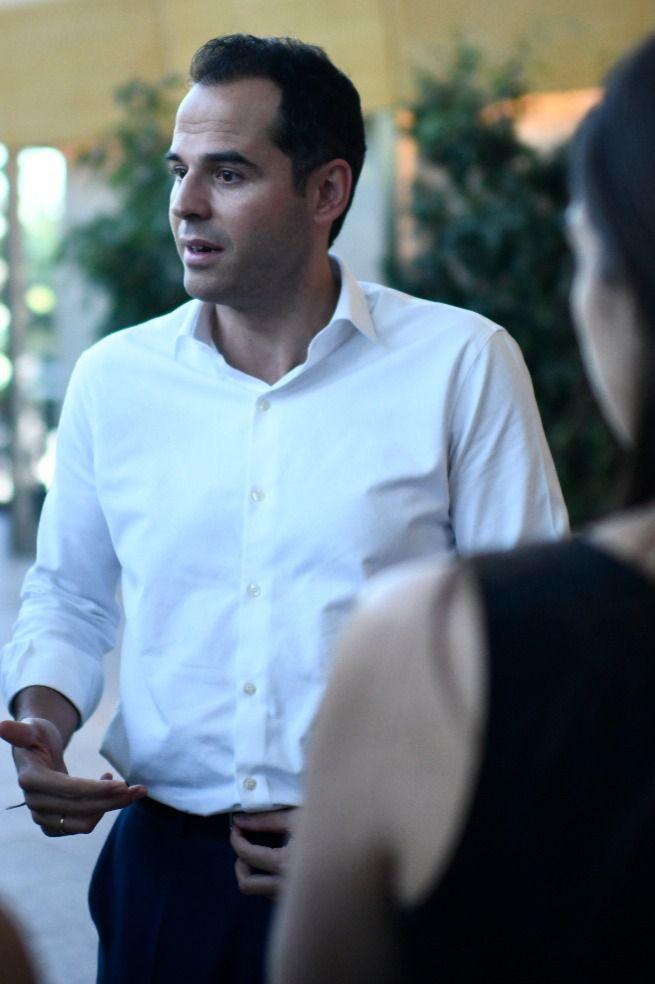 Ignacio Aguado charla con periodistas, ayer, en los pasillos de la Asamblea. (Chema Barroso)