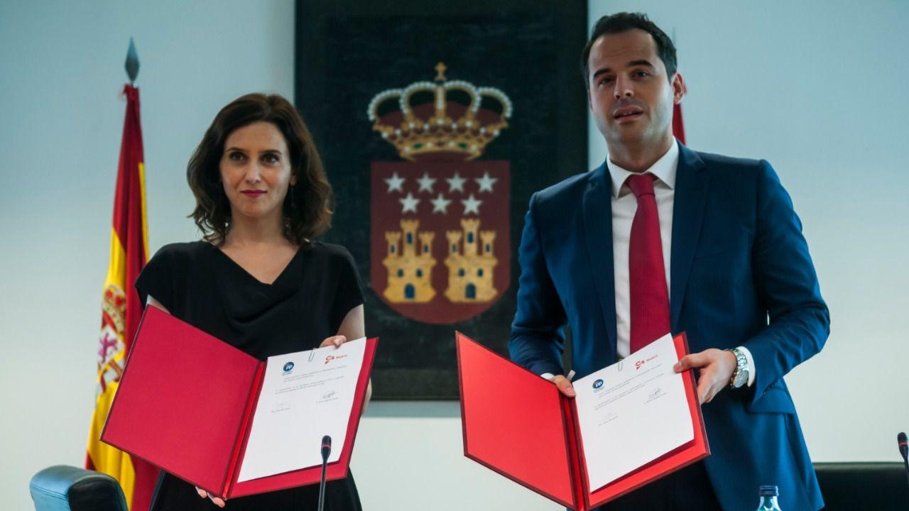 Ayuso y Aguado, en la firma del pacto bilateral entre PP y Cs. (Chema Barroso)