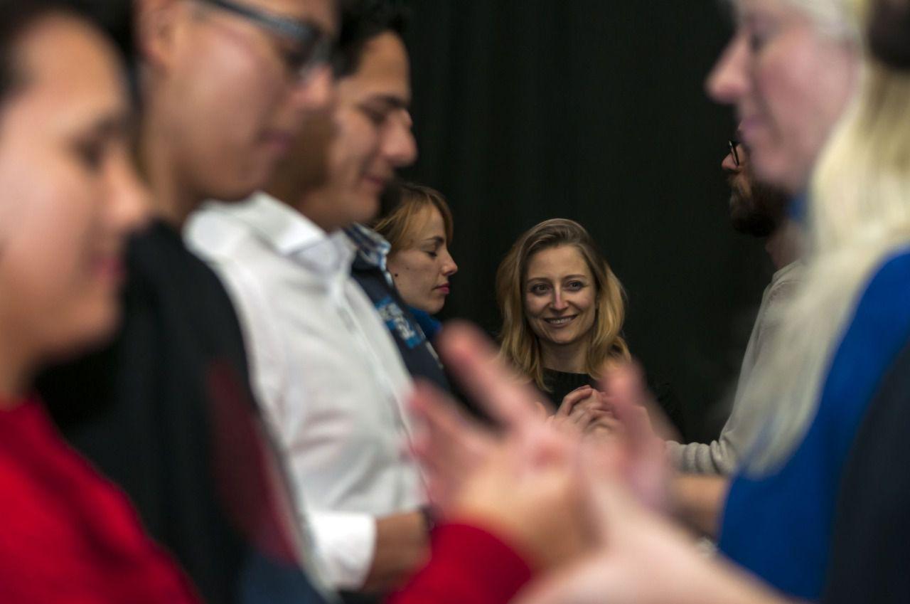 La actriz encargada de dirigir el proyecto, Paloma de Pablo, durante uno de los ensayos en la sala Tarambana. (Foto: Chema Barroso)