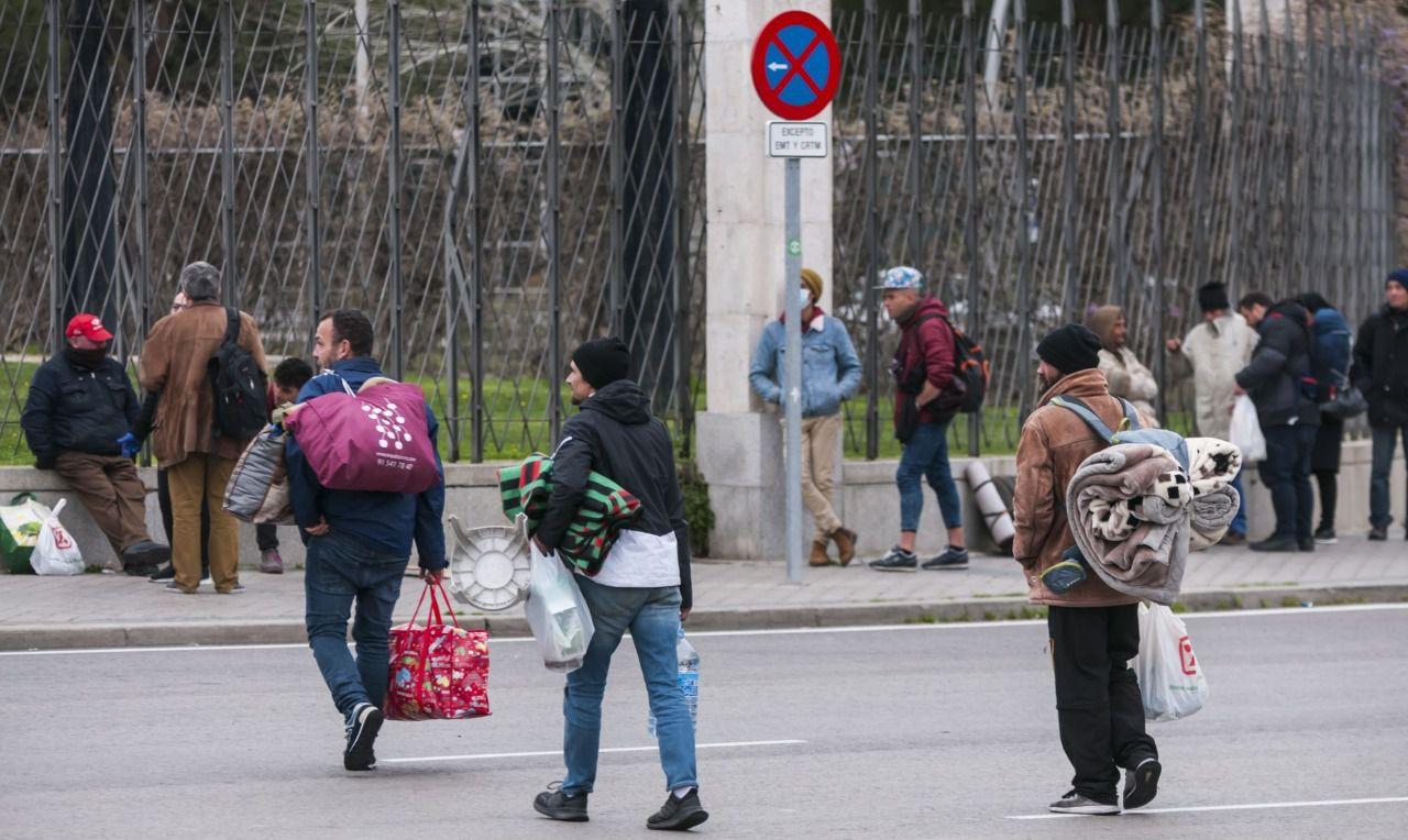 Personas sin hogar llegando al albergue de Ifema. (Foto: Chema Barroso)