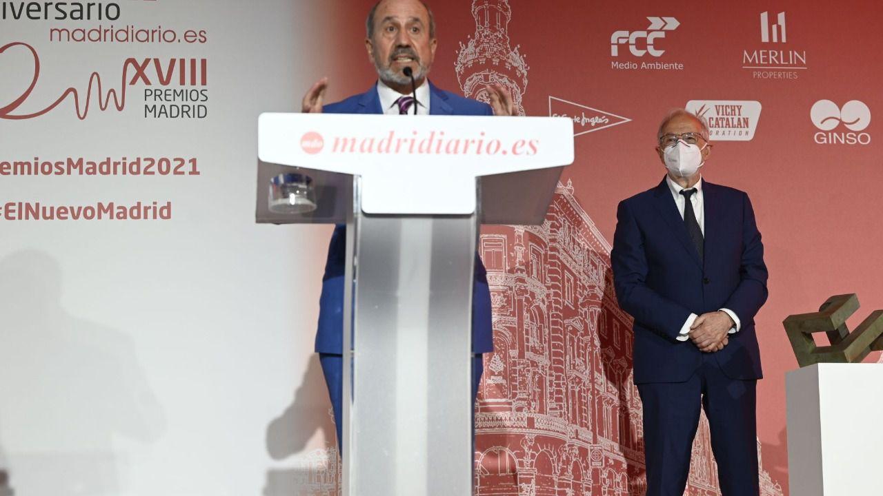 (Los virólogos del CSIC, en un momento del discurso tras recoger el premio Madrid Iniciativa en Ciencia e Investigación)