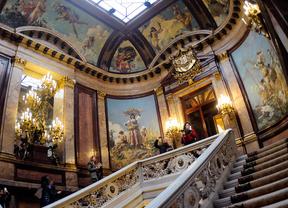 Casa de América Palacio de Linares, escalinata barroca con murales y barandillas de marmol.